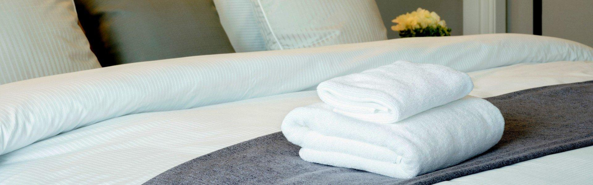 Zestaw ręczników leżący na łóżku